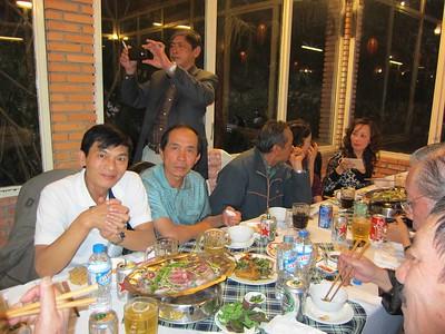Nguyễn Văn Lang, Nguyễn Viết Vũ, đứng: Nguyễn Chấn Thành, Nguyễn Thị Thoa (sát cửa sổ)