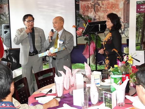 bs Trần Công Luyện, đại-diện hội Thân Hữu ĐL tặng quà cho ban tổ chức VHDL