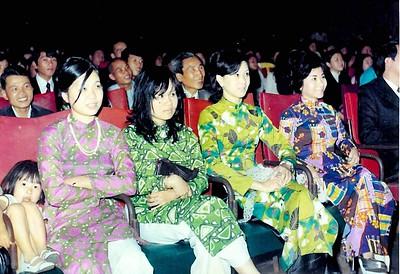 trái qua phải: Cô  Phạm Văn An( 3), Cô Vi Khuê (4) Buổi Văn Nghệ tại Rạp Hoà Bình - ban Tiên Rồng