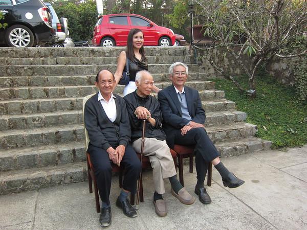 HMS đứng sau quý thầy Phạm Văn An, Lưu Văn Nguyên và Nguyễn Thanh Châu