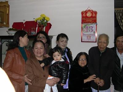 thầy Nguyên đứng giữa Kim Hiền và Nguyễn Tất Vui