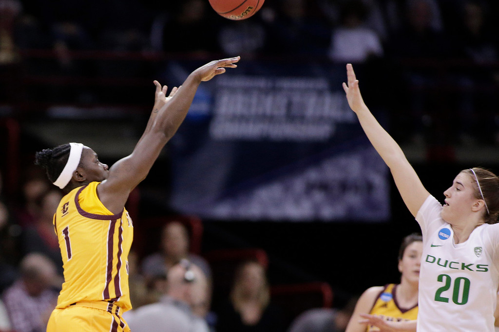 . Central Michigan guard Micaela Kelly (1) shoots over Oregon guard Sabrina Ionescu (20) during the first half in a regional semifinal at the NCAA women\'s college basketball tournament, Saturday, March 24, 2018, Spokane, Wash. (AP Photo/Young Kwak)