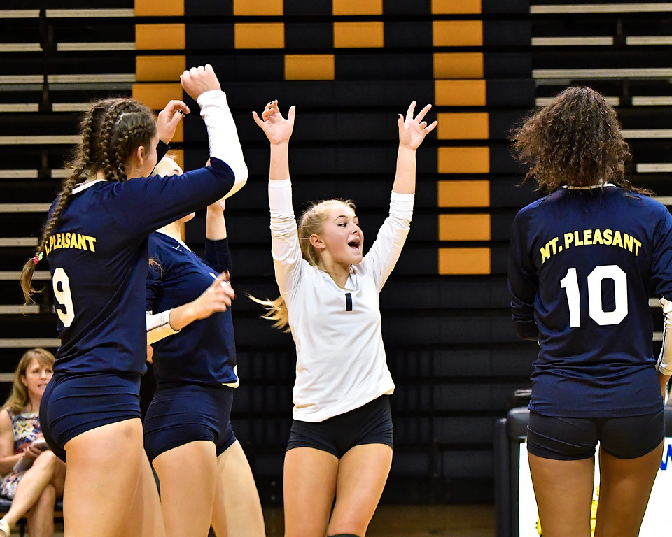 . Mt.Pleasant and Midland with identical 5-1 records battled to five sets at the Oilers\' gym Tuesday, Oct. 10, 2017. (Sun photo gallery by Skip Traynor)