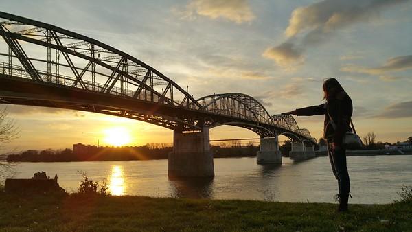 Patiszon Measures the Bridge Height — Patiszon ellenőrzi a híd magasságát