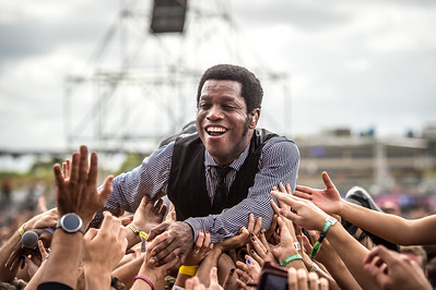 Vintage Trouble crowd surfing to the stage