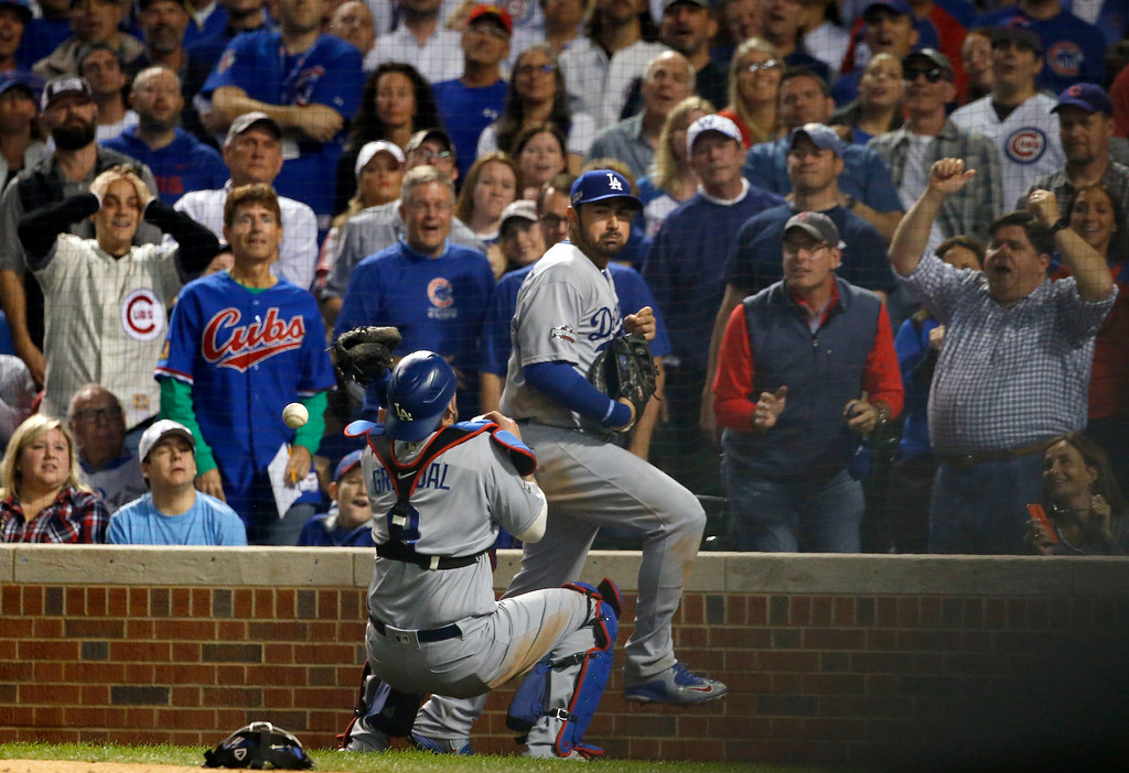 . Los Angeles Dodgers catcher Yasmani Grandal (9) drops a foul ball hit by Chicago Cubs\' Ben Zobrist during the seventh inning of Game 2 of the National League baseball championship series Sunday, Oct. 16, 2016, in Chicago. (AP Photo/Nam Y. Huh)