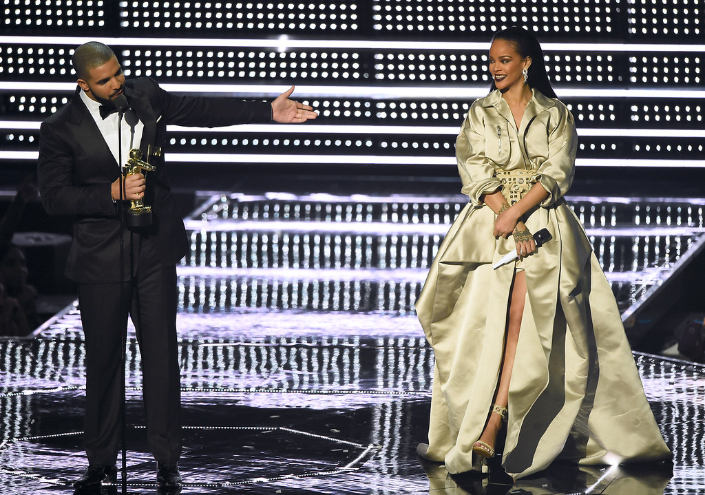 . Drake, left, presents the Michael Jackson Video Vanguard Award to Rihanna at the MTV Video Music Awards at Madison Square Garden on Sunday, Aug. 28, 2016, in New York. (Photo by Charles Sykes/Invision/AP)