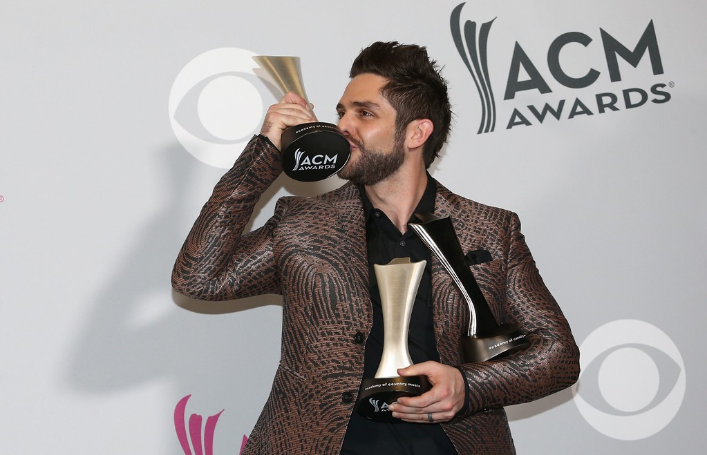 . Thomas Rhett poses in the press room with the awards for Male Vocalist of the Year, Song of the Year, artist and Song of the Year, songwriter, at the 52nd Academy of Country Music Awards on April 2, 2017, at the T-Mobile Arena in Las Vegas, Nevada. / AFP PHOTO / Tommaso Boddi        (Photo credit should read TOMMASO BODDI/AFP/Getty Images)