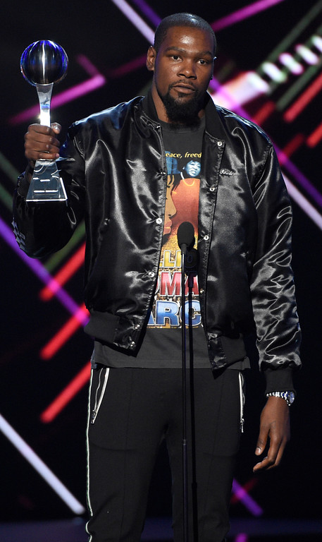 . NBA basketball player Kevin Durant, of the Golden State Warriors, accepts the award for best championship performance for the 2016 NBA Finals at the ESPYS at the Microsoft Theater on Wednesday, July 12, 2017, in Los Angeles. (Photo by Chris Pizzello/Invision/AP)