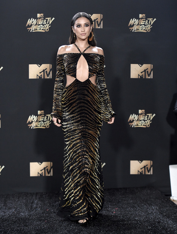 . Shay Mitchell arrives at the MTV Movie and TV Awards at the Shrine Auditorium on Sunday, May 7, 2017, in Los Angeles. (Photo by Richard Shotwell/Invision/AP)