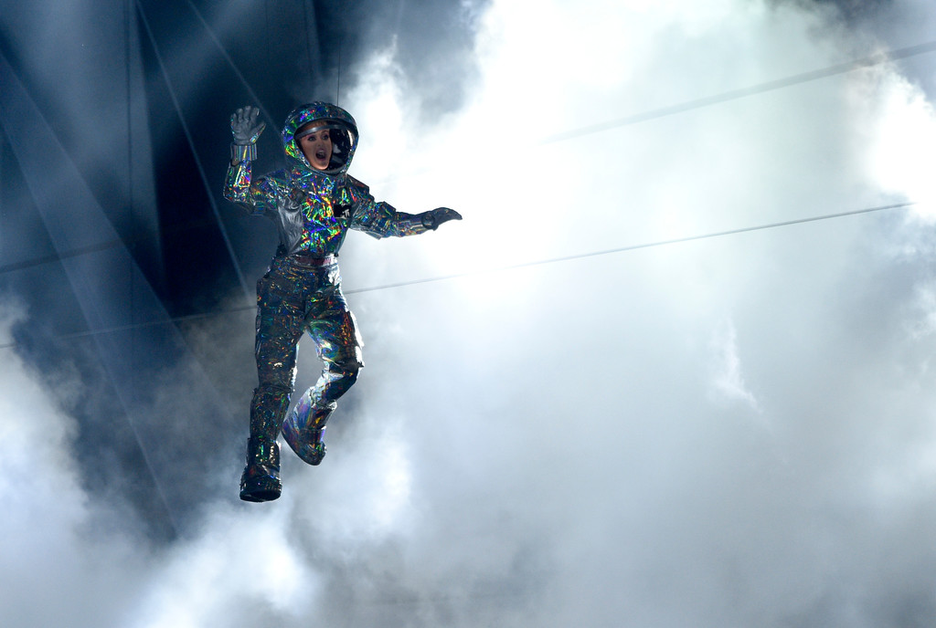 . Host Katy Perry is lowered onto the stage at the MTV Video Music Awards at The Forum on Sunday, Aug. 27, 2017, in Inglewood, Calif. (Photo by Chris Pizzello/Invision/AP)