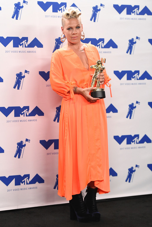 . Pink poses in the press room with the MTV Michael Jackson Video Vanguard Award at the MTV Video Music Awards at The Forum on Sunday, Aug. 27, 2017, in Inglewood, Calif. (Photo by Jordan Strauss/Invision/AP)