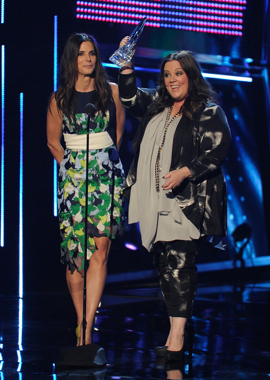 . Sandra Bullock, left, and Melissa McCarthy accept the award for favorite comedic movie for �The Heat� at the 40th annual People\'s Choice Awards at the Nokia Theatre L.A. Live on Wednesday, Jan. 8, 2014, in Los Angeles. (Photo by Chris Pizzello/Invision/AP)