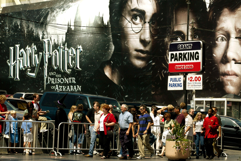 ". People wait in line to see the debut of ""Harry Potter and the Prisoner of Azkaban\"" outside the Grauman\'s Chinese Theatre Friday, June 4, 2004, in the Hollywood section of Los Angeles.  (AP Photo/Damian Dovarganes)"