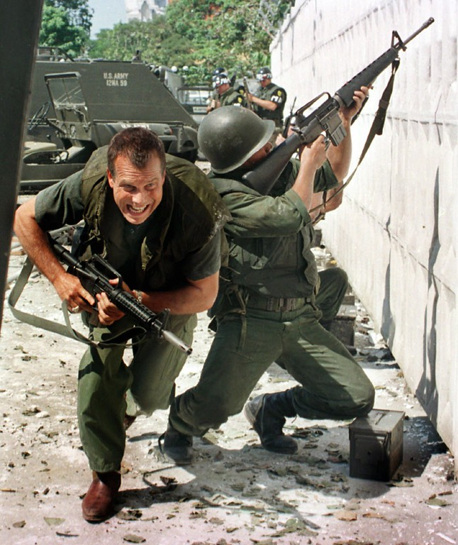 """. Actor Bill Paxton runs in an action scene for the HBO move \""""A Bright Shining Lie,\"""" on a set in Bangkok, Thailand, Dec. 6, 1997. Paxton portrays maverick U.S. Army officer John Paul Vann, who went to Vietnam at the beginning of America\'s involvement, and presciently critized the course it was taking. The film is based on Neil Sheehan\'s 1988 Pulitzer Prize-winning book by the same name. (AP Photo/Thaksina Khaikaew)"""