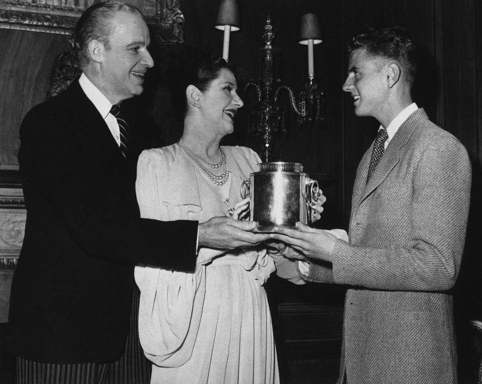 """. Dick Van Patten, right, juvenile in the comedy \""""O Mistress Mine,\"""" presents a wine cooler, gift of the cast and stage hands, to the stars of the comedy, Alfred Lunt and Lynne Fontanne, backstage in the Empire Theater in New York City, May 26, 1947.(AP Photo/Matty Zimmerman)"""