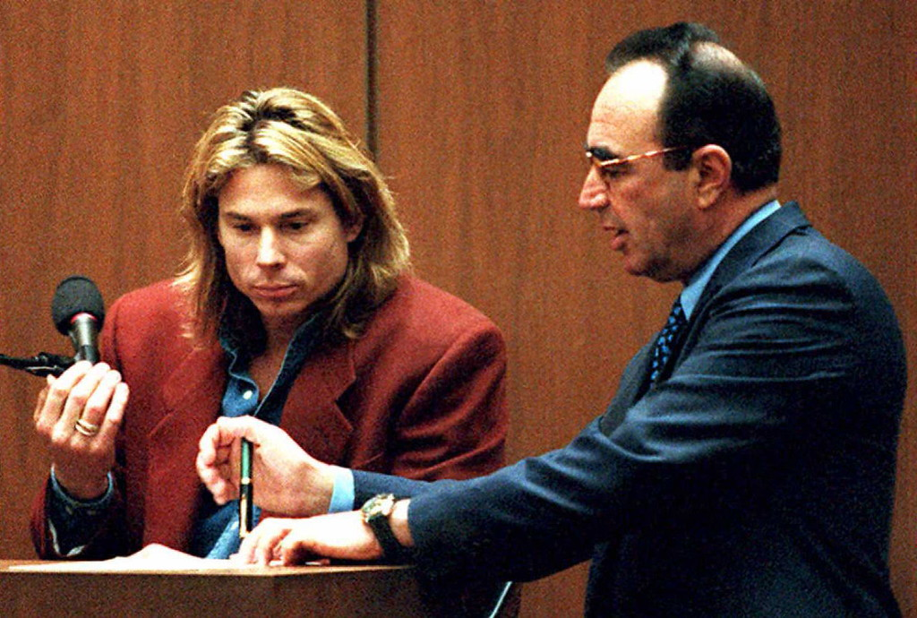 ". Witness Brian ""Kato\"" Kaelin (L) reviews transcripts with defense attorney Robert Shapiro during the OJ Simpson murder trial 23 March in Los Angeles.  (LEE CELANO/AFP/Getty Images)"