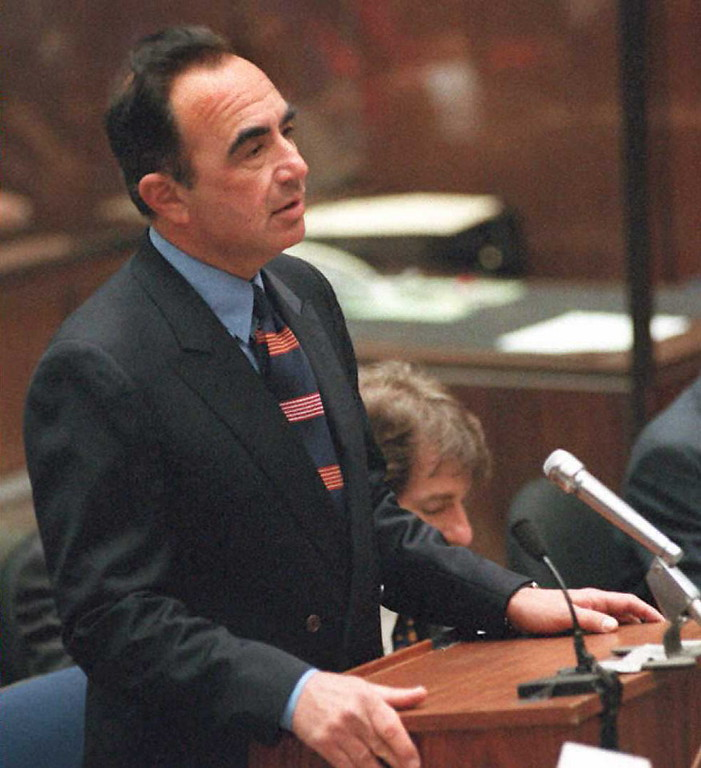 . Defense attorney Robert Shapiro apologizes for making comments last week about Los Angeles police criminalist Dennis Fung 17 April in the  O.J. Simpson murder trial.   (POO/AFP/Getty Images)