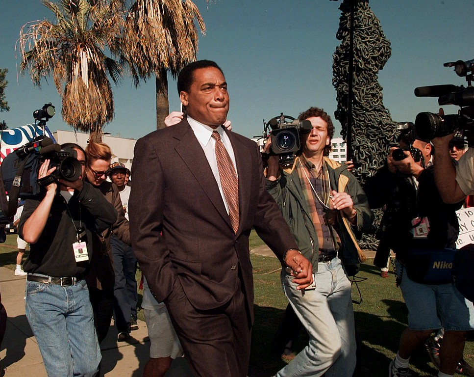 ". O.J. Simpson\'s friend Al ""A.C.\"" Cowlings leaves the Los Angeles Superior Court building in Santa Monica, Calif., Tuesday, Dec. 3, 1996, at the noon break before giving his testimony in the O.J. Simpson wrongful death civil suit. Cowlings took the stand in the afternoon session. (AP Photo/Michael Caulfield)"