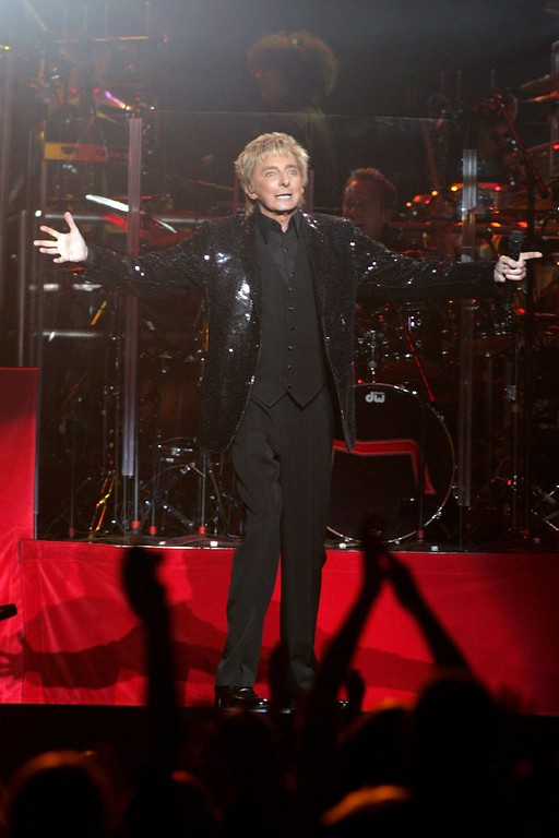 . NEW YORK - JANUARY 16:  Singer Barry Manilow performs live onstage at Madison Square Garden January 16, 2007 in New York City.  (Photo by Bryan Bedder/Getty Images)