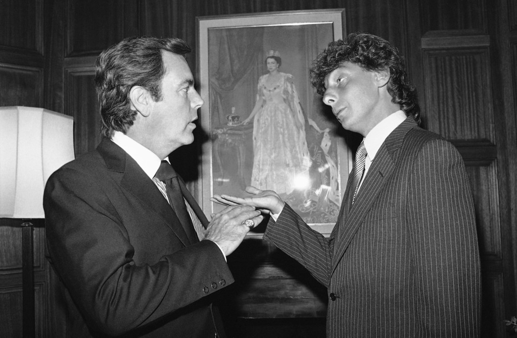 . Actor Robert Wagner, left and singer Barry Manilow share a moment during a reception hosted by the British Consul in Los Angeles, thanking Manilow for a benefit he did in London during his recent tour of Europe, Oct. 24, 1983. (AP Photo/Nick Ut)