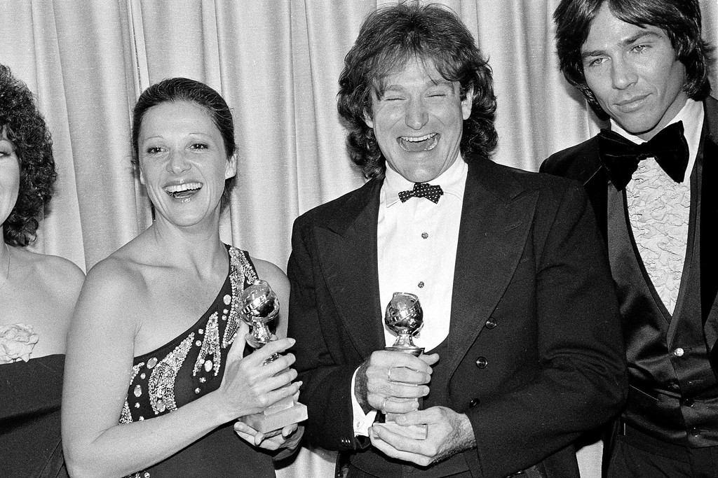 """. Linda Lavin, left, star of the TV series \""""Alice,\"""" and Robin Williams, Mork of the series \""""Mork & Mindy, pose with their awards at the 36th Annual Golden Globe Awards in Los Angeles, Calif., Jan. 28, 1979. Both Lavin and Williams were named best television comedy performers.  Actor Richard Hatch is on the far right. Hatch, perhaps best known for playing Captain Apollo in the original �Battlestar Galactica� film and TV series, has died. He was 71. A representative for the actor says Hatch died Tuesday, February 7, 2017.  (AP Photo/Mao)"""