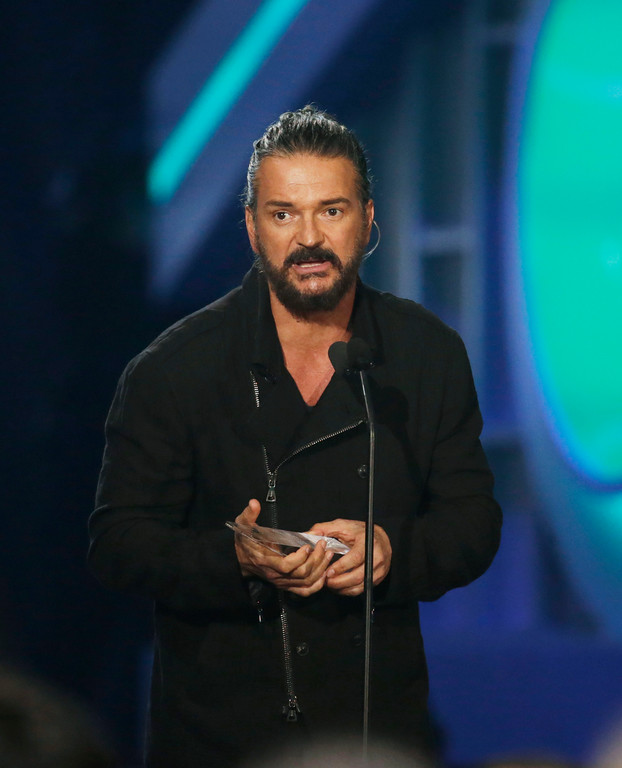 . Singer Ricardo Arjona receives the Latin Billboard Lifetime Achievement Award, Thursday, April 27, 2017 in Coral Gables, Fla. (AP Photo/Lynne Sladky)