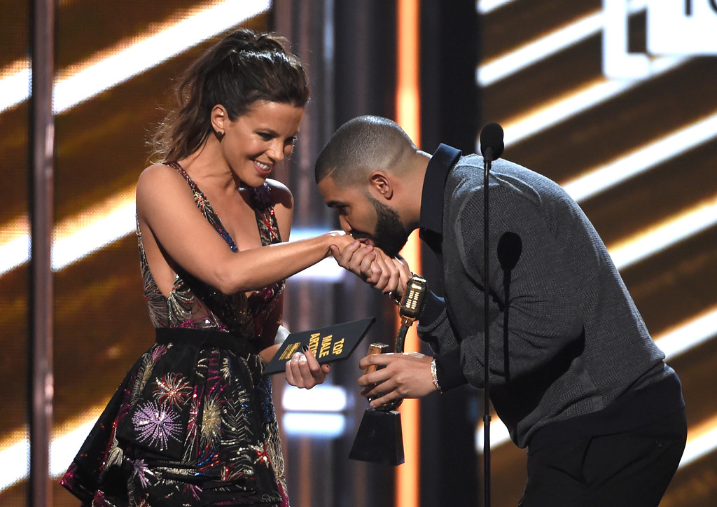 . Drake kisses presenter Kate Beckinsale\'s hand as he walks on stage to accepts the award for top male artist at the Billboard Music Awards at the T-Mobile Arena on Sunday, May 21, 2017, in Las Vegas. (Photo by Chris Pizzello/Invision/AP)