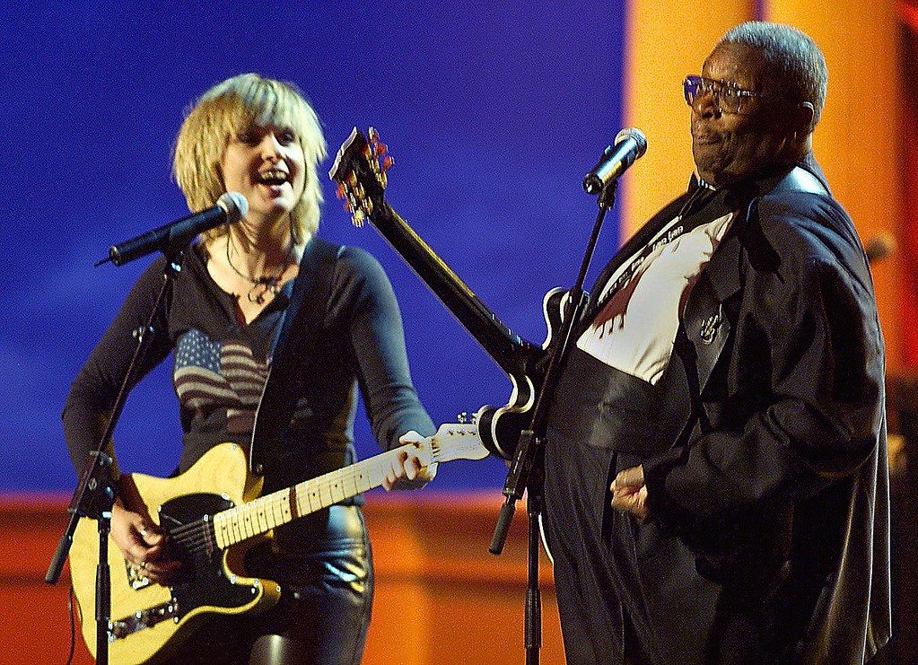 . Singer Melissa Etheridge (L) sings with blues legend B.B. King at VH1\'s Concert of the Century, part of the VH1 Save The Music campaign on the White House lawn 23 October 1999 in Washington, DC.                (TIM SLOAN/AFP/Getty Images)