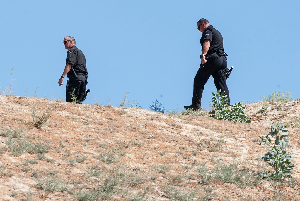. Los Angeles Police Officers move along the hillside near entertainer Chris Brown\'s home at the 5000 block Corbin Ave in Tarzana CA on Tuesday, August 30, 2016. (Photo by ED CRISOSTOMO, STAFF PHOTOGRAPHER)