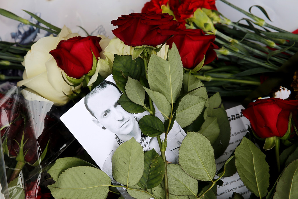 . A picture taken on July 22, 2017 shows red roses and a picture of  Linkin Park frontman Chester Bennington laid in front of the US embassy in central Moscow in memory of Bennington on July 22, 2017. Bennington died on July 20, 2017. He was 41. (MAXIM ZMEYEV/AFP/Getty Images)