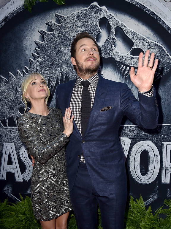 ". HOLLYWOOD, CA - JUNE 09:  Actors Chris Pratt (R) and Anna Faris attend the Universal Pictures\' ""Jurassic World\"" premiere at the Dolby Theatre on June 9, 2015 in Hollywood, California.  (Photo by Kevin Winter/Getty Images)"