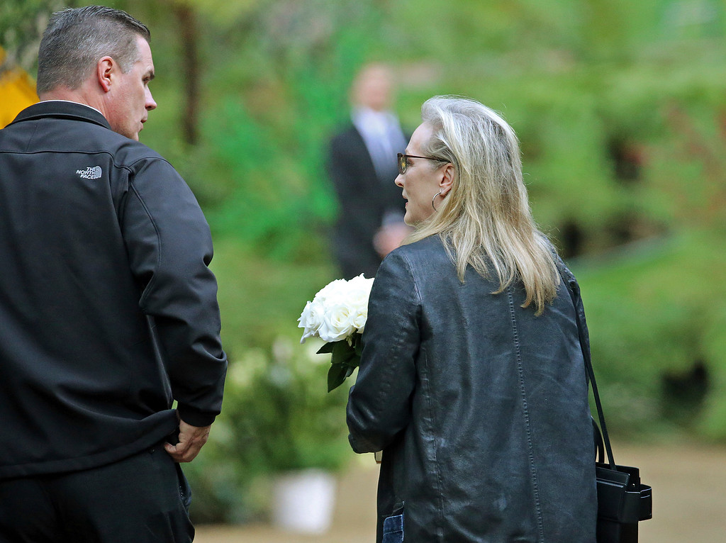 ". Actress Meryl Streep arrives with flowers at a memorial service at the homes of Debbie Reynolds and her daughter Carrie Fisher in Los Angeles Thursday, Jan. 5, 2017. Reynolds died Dec. 28 at the age of 84, a day after her daughter died at the age of 60. Streep starred in the film, ""Postcards From the Edge,\"" based on Fisher\'s 1987 semi-autobiographical novel of the same title. (AP Photo/Reed Saxon)"