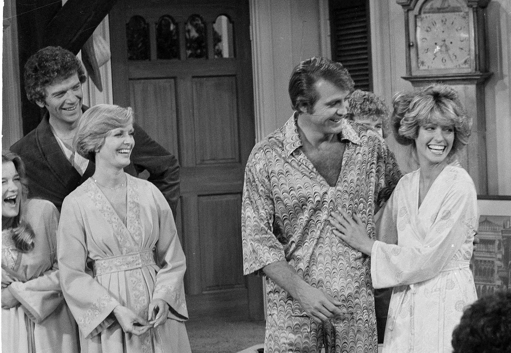 ". FILE - In this Jan. 20, 1977 file photo, actress Farrah Fawcett-Majors, right, joins her husband Lee Majors in a television appearance together in the sit-com ""The Brady Bunch.\"" At left are actors Geri Reischl, Robert Reed and Florence Henderson. Henderson, the wholesome actress who went from Broadway star to television icon when she became Carol Brady, the ever-cheerful mom residing over \""The Brady Bunch,\"" has died at age 82. She died surrounded by family and friends, her manager, Kayla Pressman, said in a statement late Thursday, Nov. 24, 2016. (AP Photo/George Brich, File)"