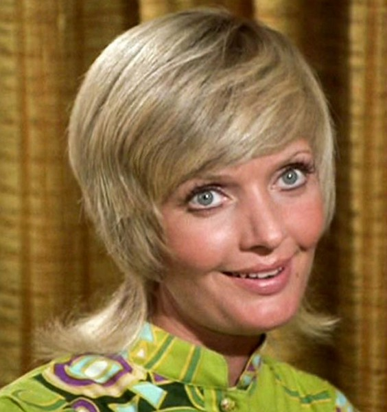 ". Florence Henderson, the wholesome actress who went from Broadway star to television icon when she became Carol Brady, the ever-cheerful mom residing over ""The Brady Bunch,\"" has died at age 82. She died surrounded by family and friends, her manager, Kayla Pressman, said in a statement late Thursday, Nov. 24, 2016."
