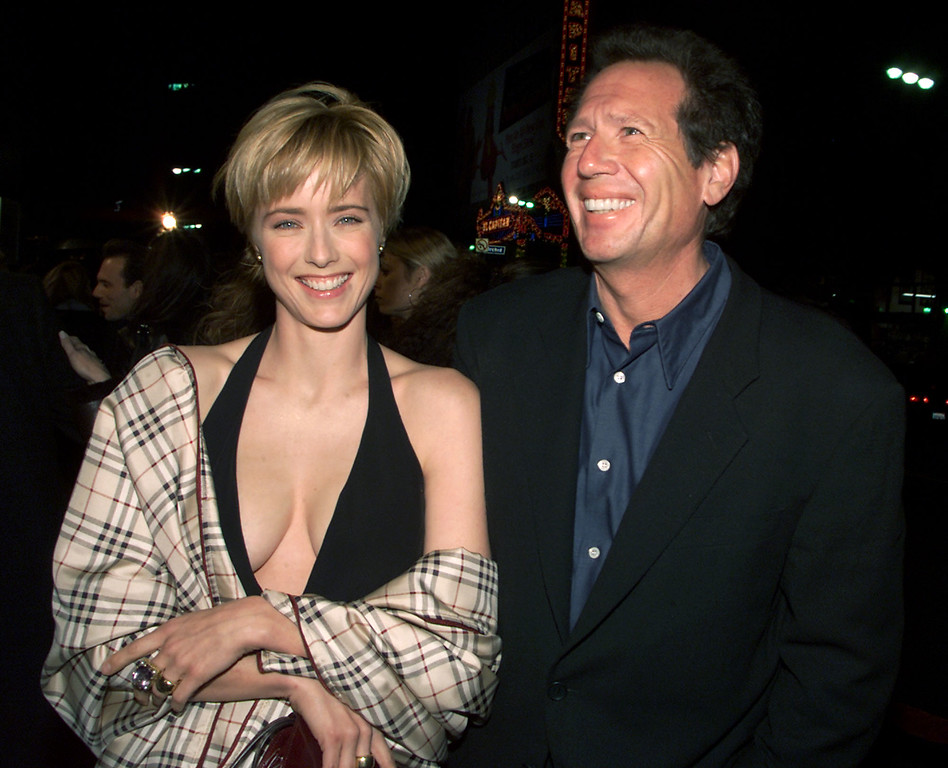 . Tea Leoni and Garry Shandling at the premiere of \'The Family Man\' at the Chinese Theater in Los Angeles, Ca. 12/12/00. (Photo by Kevin Winter/Getty Images.)