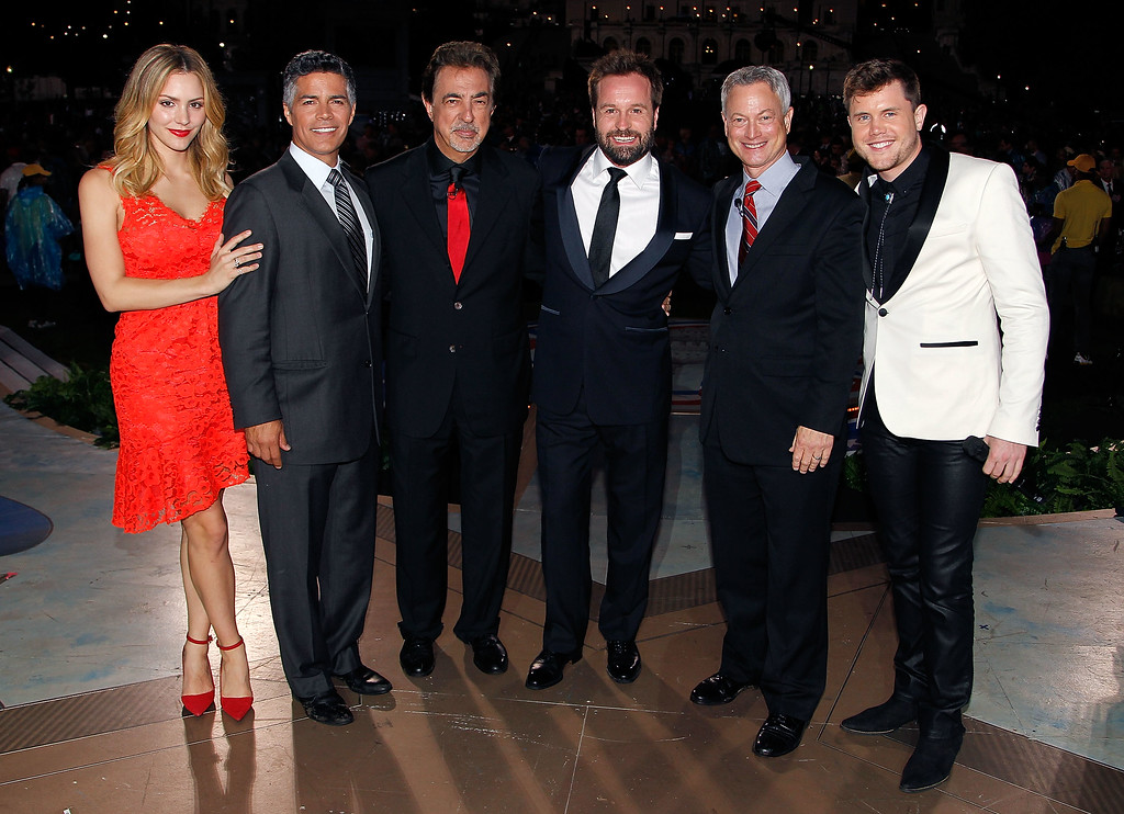. WASHINGTON, DC - MAY 29:  (L to R) Katharine McPhee, Esai Morales, Joe Mantegna, Alfie Boe, Gary Sinise and Trent Harmon pose for a photo onstage at the 27th National Memorial Day Concert on May 29, 2016 in Washington, DC.  (Photo by Paul Morigi/Getty Images for Capitol Concerts)
