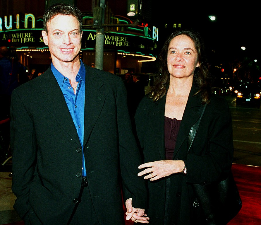 ". LOS ANGELES, UNITED STATES:  US actor Gary Sinise(L) arrives at the premiere of his new film ""The Green Mile\"" with his wife Moira(R) in Los Angeles, CA 06 December 1999.  The film also stars Tom Hanks and Michael Clarke Duncan, and was written, directed and produced by Frank Darabont and based on the Stephen King novel about 1930s death-row prisoners and their guards.    (LUCY NICHOLSON/AFP/Getty Images)"
