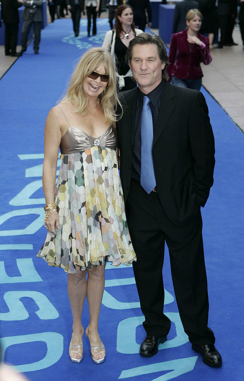""". US actress Goldie Hawn arrives with longtime partner actor Kurt Russell for the European premiere of the movie \""""Poseidon\"""", in Leicester Square, in central London, Sunday May 28, 2006. Russell stars in the Poseidon movie. (AP Photo/Lefteris Pitarakis)"""