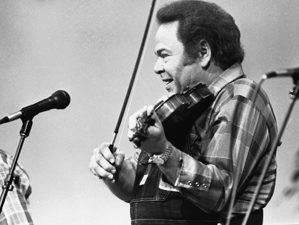 ". Entertainer Roy Clark plays the fiddle during a taping of the syndicated television show ""Hee Haw,\"" June 27, 1983.  (AP Photo/Mark Humphrey)"