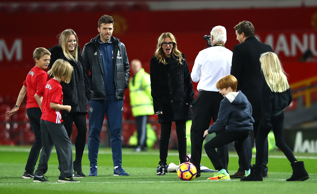 . MANCHESTER, ENGLAND - NOVEMBER 27:  Actress Julia Roberts and Michael Carrick of Manchester United talk after the Premier League match between Manchester United and West Ham United at Old Trafford on November 27, 2016 in Manchester, England.  (Photo by Clive Brunskill/Getty Images)