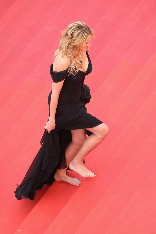 . CANNES, FRANCE - MAY 12:  Actress Julia Roberts walks barefoot upon her arrival at the \'Money Monster\' premiere during the 69th annual Cannes Film Festival at the Palais des Festivals on May 12, 2016 in Cannes, France.  (Photo by Andreas Rentz/Getty Images)