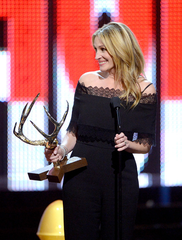. CULVER CITY, CA - JUNE 04:  Actress Julia Roberts accepts the Woman of the Decade award onstage during Spike TV\'s 10th Annual Guys Choice Awards at Sony Pictures Studios on June 4, 2016 in Culver City, California.  (Photo by Kevin Winter/Getty Images)