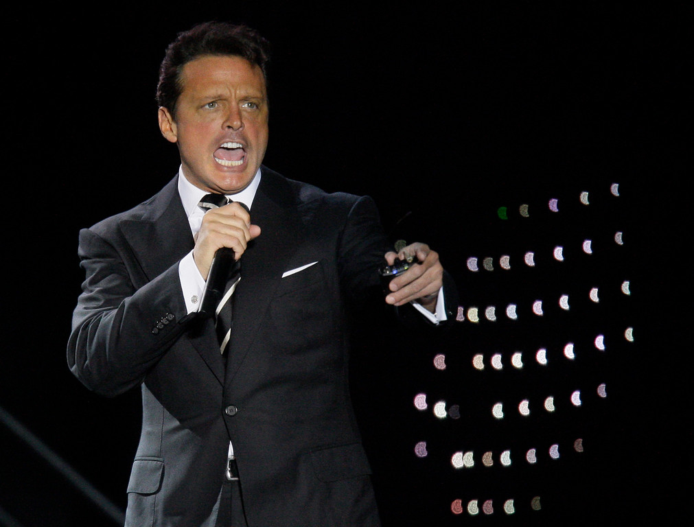 ". Mexican singer Luis Miguel performs during a concert at the ""Defensores del Chaco\"" stadium in Asuncion, Paraguay, Saturday, Nov. 6, 2010. (AP Photo/Jorge Saenz)"