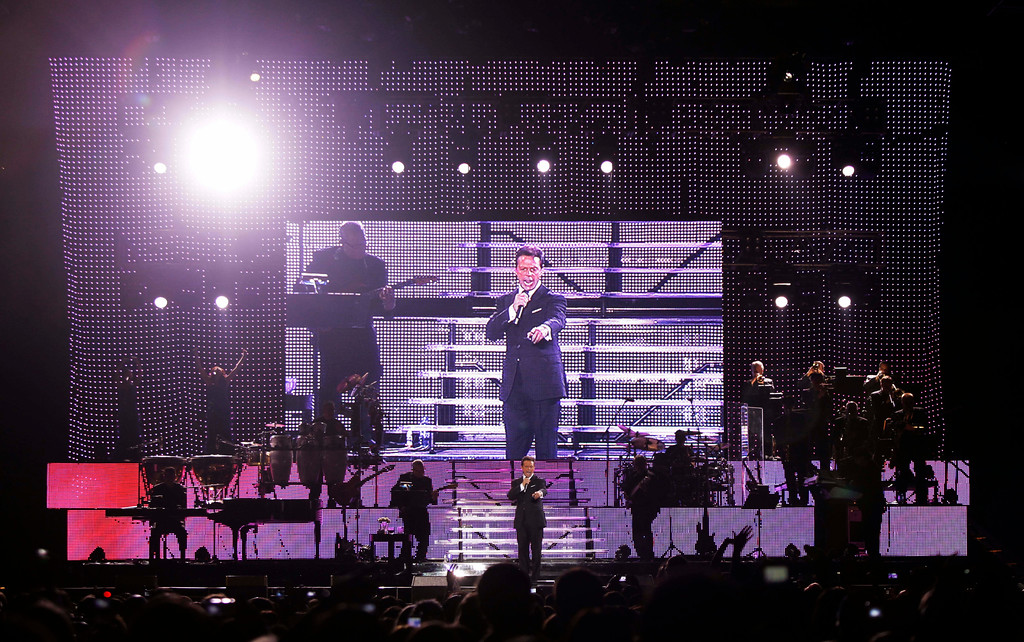 ". Mexican singer Luis Miguel performs during a concert at the ""Defensores del Chaco\"" stadium in Asuncion, Paraguay, Saturday, Nov. 6, 2010.(AP Photo/Jorge Saenz)"