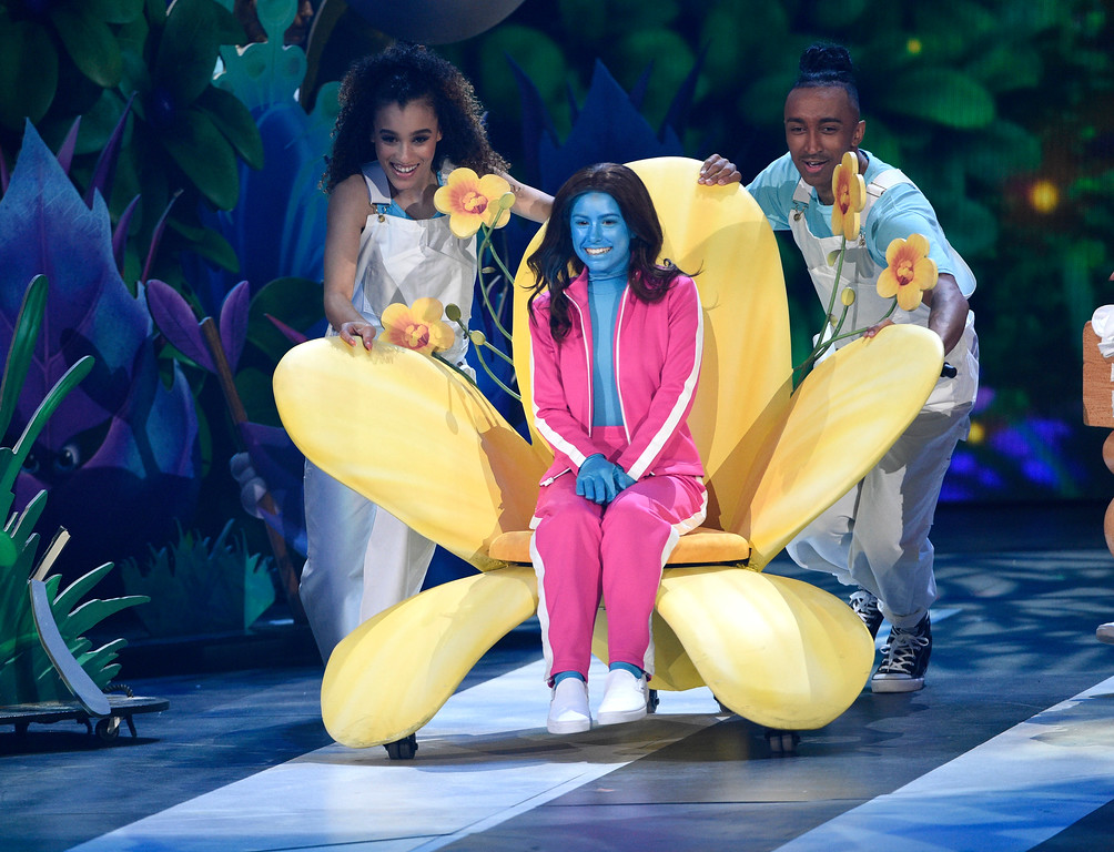 """. Madisyn Shipman, center, appears on stage with a \""""Smurfs\"""" makeover before the premiere of the clip \""""Smurfs: The Lost Village\"""" at the Kids\' Choice Awards at the Galen Center on Saturday, March 11, 2017, in Los Angeles. (Photo by Chris Pizzello/Invision/AP)"""