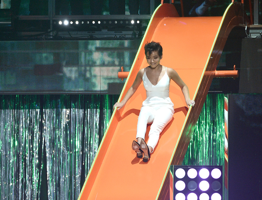 . Isabela Moner goes down a slide on stage at the Kids\' Choice Awards at the Galen Center on Saturday, March 11, 2017, in Los Angeles. (Photo by Chris Pizzello/Invision/AP)