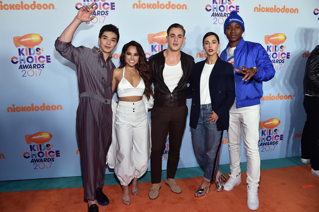 . LOS ANGELES, CA - MARCH 11: The cast of Power Rangers, Ludi Lin, Becky G, Dacre Montgomery, Naomi Scott and RJ Cyler at Nickelodeon\'s 2017 Kids\' Choice Awards at USC Galen Center on March 11, 2017 in Los Angeles, California.  (Photo by Alberto E. Rodriguez/Getty Images)