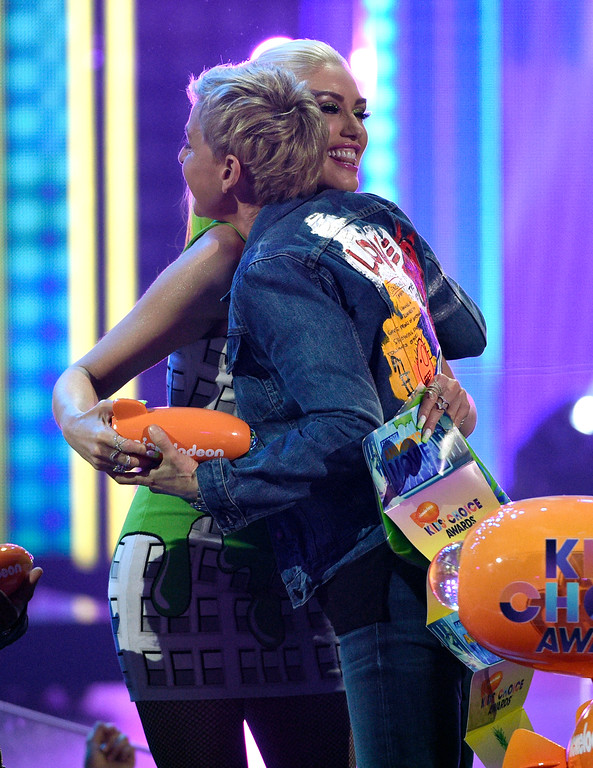 """. Gwen Stefani, left, presents Ellen DeGeneres with the award for favorite animated movie for \""""Finding Dory\"""" at the Kids\' Choice Awards at the Galen Center on Saturday, March 11, 2017, in Los Angeles. (Photo by Chris Pizzello/Invision/AP)"""