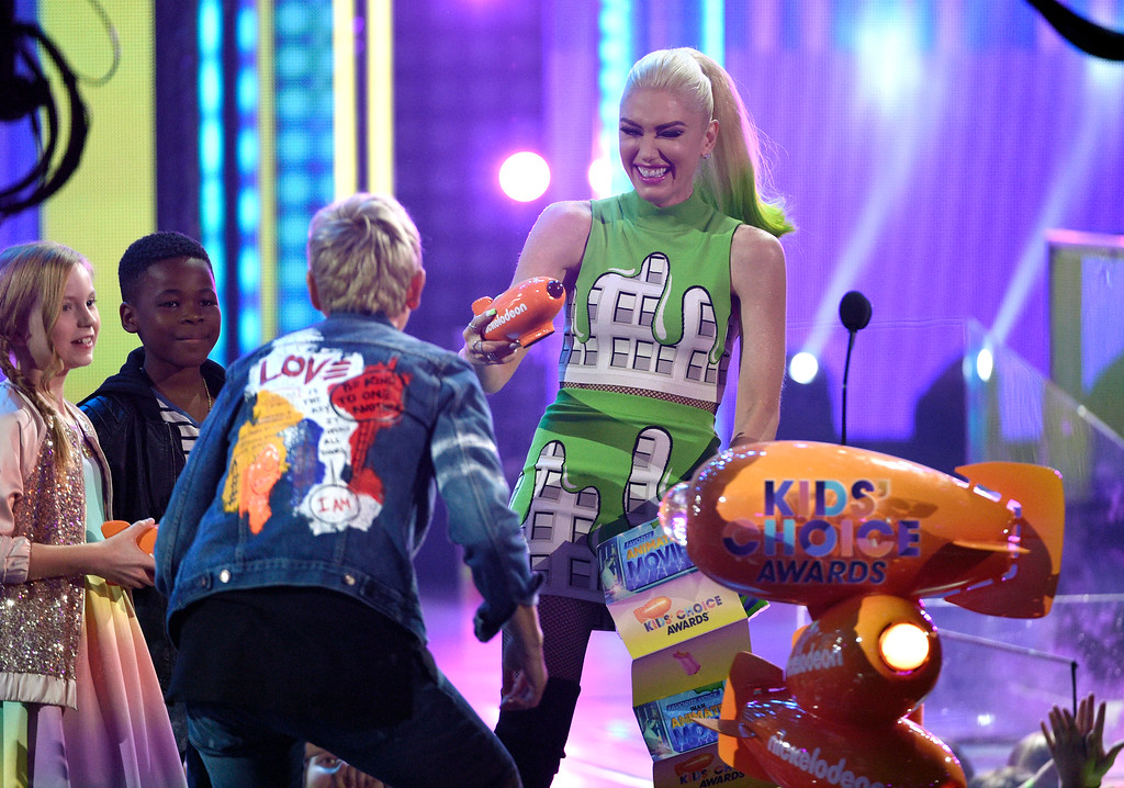 """. Gwen Stefani, right, presents Ellen DeGeneres with the award for favorite animated movie for \""""Finding Dory\"""" at the Kids\' Choice Awards at the Galen Center on Saturday, March 11, 2017, in Los Angeles. (Photo by Chris Pizzello/Invision/AP)"""